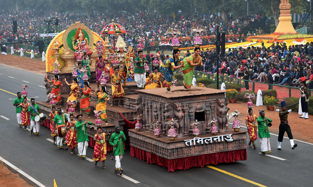Indian performers surround a tableaux representing the state of Tamil Nadu during 68 th Republic Day parade in New Delhi on January 26, 2017. (Photo by Money Sharma/AFP Photo)