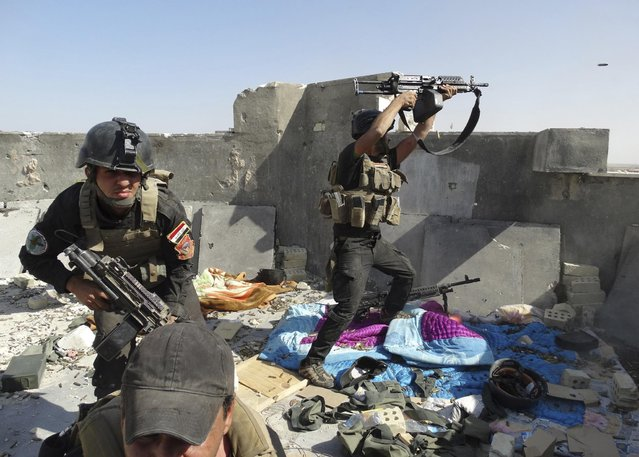 Members of the Iraqi Special Operations Forces take their positions during clashes with the al Qaeda-linked Islamic State of Iraq and the Levant (ISIL) in the city of Ramadi June 19, 2014. (Photo by Reuters/Stringer)