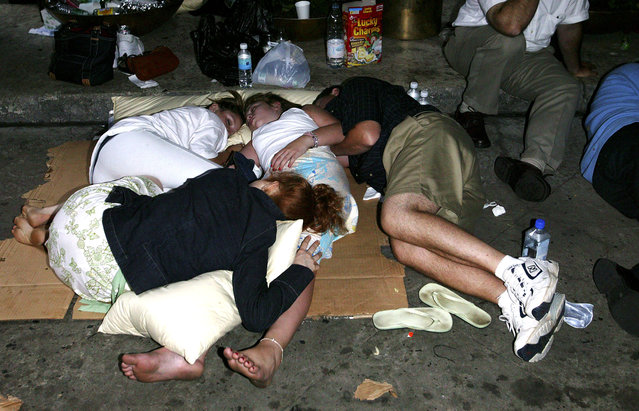 People sleep outside the Marriot Marquis Hotel during the east coast blackout August 15, 2003 in New York City. (Photo by Matthew Peyton/Getty Images)