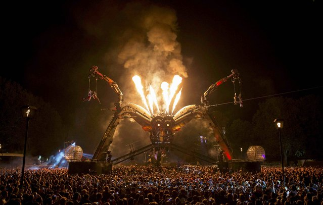 Spectators watch the 50-tonne Arcadia spider perform a laser and pyrotechnics show in Bristol, Britain September 4, 2015. (Photo by Eddie Keogh/Reuters)