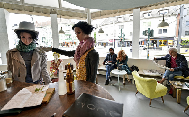 Display mannequins are placed between customers at the Cafe Livres in Essen, Germany, Wednesday, May 20, 2020. The cafe set the dolls as placeholders on various places for more distance between customers due to the new coronavirus orders for restaurants and cafes. (Photo by Martin Meissner/AP Photo)