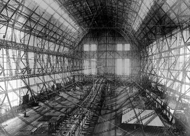 The construction of the largest airship, Z. 127 which was later named Graf Zeppelin, ever built is underway in the giant hanger at Friedrichshafen, Germany, November 23, 1927. (Photo by AP Photo)