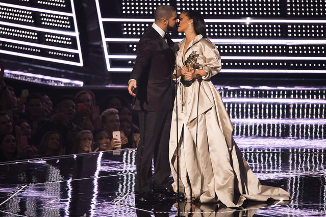 Drake kisses Rihanna as she accepts the Michael Jackson Video Vanguard Award at the MTV Video Music Awards at Madison Square Garden on Sunday, August 28, 2016, in New York. (Photo by Charles Sykes/Invision/AP Photo)