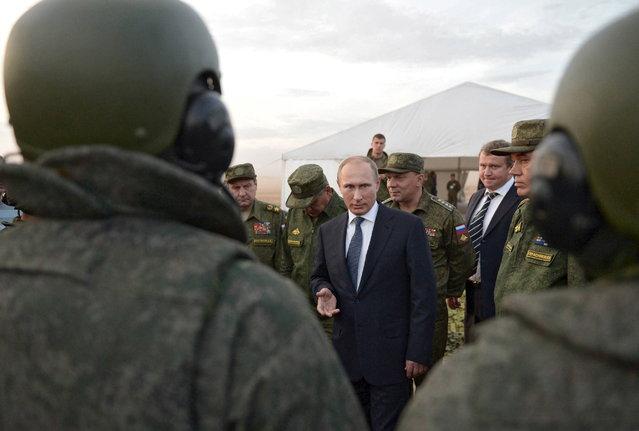 Vladimir Putin talks to servicemen during a training exercise at the Donguz testing range in Orenburg region, Russia, September 19, 2015. (Photo by Alexei Druzhinin/Reuters/RIA Novosti)
