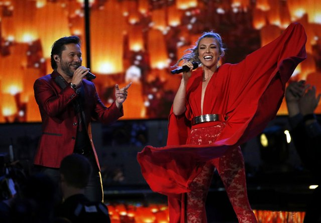 """Rachel Platten performs """"Siempre Estare Ahi"""" with Diego Torres at the 17th Annual Latin Grammy Awards in Las Vegas, Nevada, U.S., November 17, 2016. (Photo by Mario Anzuoni/Reuters)"""