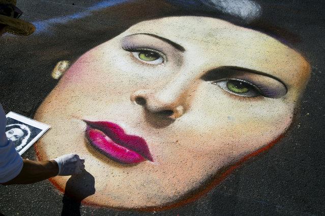 Joel Yau, of San Rafael, CA., paints a portrait of actress Hedy Lamar. (Photo by Greg Lovett/The Palm Beach Post)