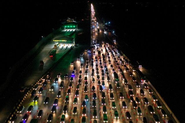 Vehicles queue to enter Cikampek Utama toll gate as people head to their hometowns to celebrate the upcoming Eid al-Fitr in Karawang, West Java province, Indonesia, June 1, 2019. (Photo by Rivan Awal Lingga/Antara Foto via Reuters)