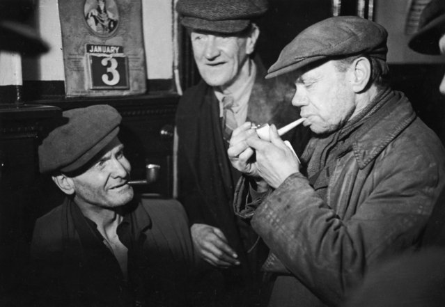 Men from the Gorbals, Glasgow's slum area, meet in the local pub for a friendly smoke, 3rd January 1948. (Photo by Bert Hardy/Picture Post/Hulton Archive/Getty Images)