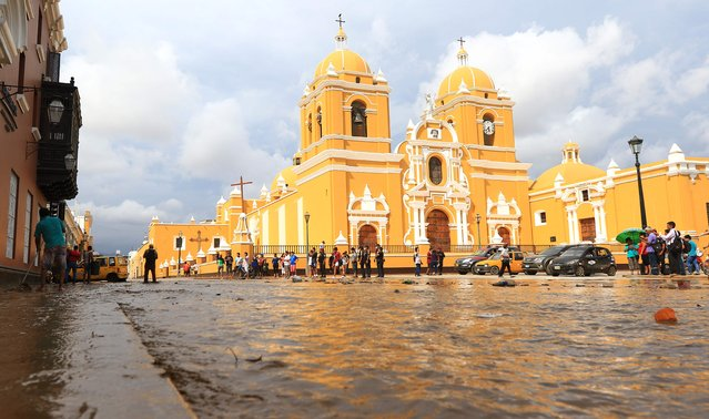 A flash flood hits the colorful historic centre of the city of Trujillo, 570 kilometres north of Lima on March 18, 2017, bringing mud and debris. (Photo by Celso Roldan/AFP Photo)