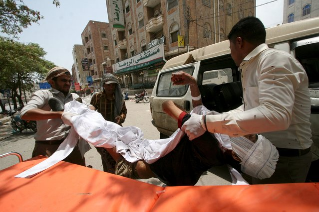 Medics carry a man injured in a crossfire amid clashes between members of the anti-Houthi Popular Resistance Committees and Houthi fighters, in Yemen's southwestern city of Taiz July 2, 2015. (Photo by Reuters/Stringer)