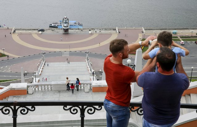 People observe an embankment of the Volga river in the town of Nizhny Novgorod, Russia, July 10, 2015. (Photo by Maxim Shemetov/Reuters)