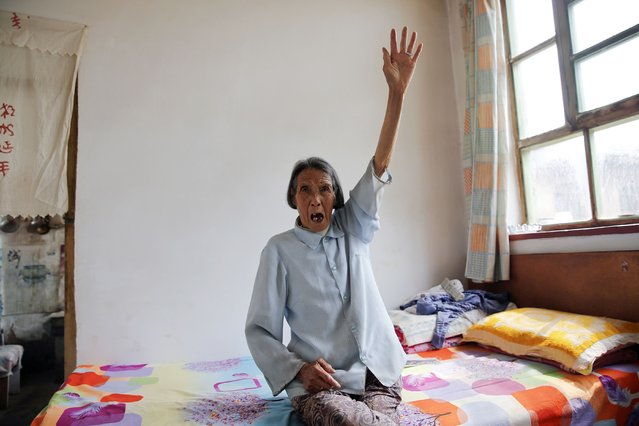 """Chinese former """"comfort woman"""" Ren Lane gestures as she speaks about her experience as a s*x slave, at her house in Gucheng Town, Shanxi Province, China, July 17, 2015. (Photo by Kim Kyung-Hoon/Reuters)"""
