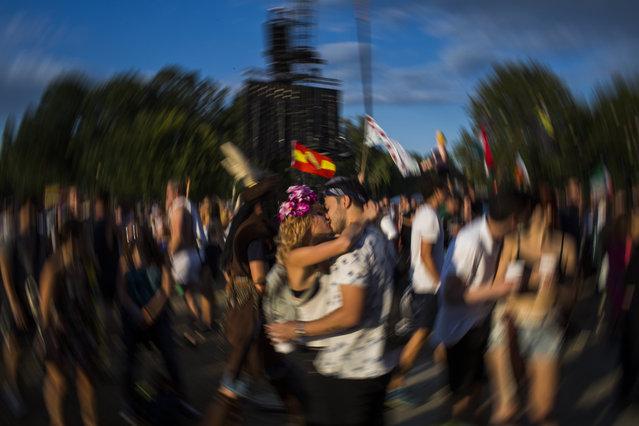 Festival-goers kiss on Shipyard Island, the venue of the 24th Sziget (Island) Festival in Northern Budapest, Hungary, 12 August 2016. (Photo by Polyák Attila/Origo.hu)