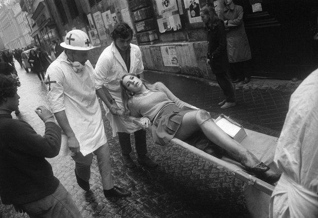 A wounded student is transported by first-aid workers during riots on the Boulevard Saint-Michel, Paris, France, May 6, 1968. (Photo by Gökşin Sipahioğlu/SIPA Press)