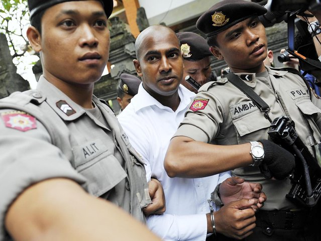 Death row prisoner Myuran Sukumaran (C) of Australia is escorted by police while attending a review hearing in the District Court of Denpasar on the Indonesian island of Bali, in this October 8, 2010 file picture. Two convicted Australian drug smugglers, Myuran Sukumaran, 33, and Andrew Chan, 31, were transferred on March 4, 2015, from a Bali prison to an island for execution along with other foreigners, underlining Indonesia's determination to use the death penalty despite international criticism.  Mandatory Credit. REUTERS/Nyoman Budhiana/Antara Foto/Files