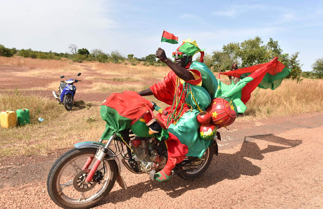 A cycling fan passes on October 30, 2018 near the Yako village, near Ouahigouya, northen Burikna Faso, after taking part in the 5th stage of the Burkina Faso' s cycling tour. (Photo by Issouf Sanogo/AFP Photo)
