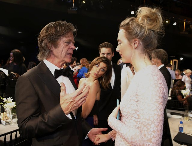 Actress Sarah Hyland (C) photobombs fellow actors William H. Macy and Saoirse Ronan as they chat at the 22nd Screen Actors Guild Awards in Los Angeles, California January 30, 2016. (Photo by Lucy Nicholson/Reuters)