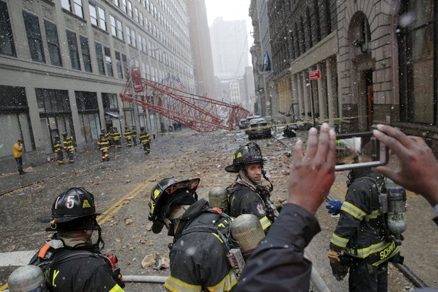 Emergency responders respond to the scene of a 565-foot-tall crane that toppled and flipped upside down, stretching along nearly two city blocks in downtown Manhattan in New York, February 5, 2016. (Photo by Brendan McDermid/Reuters)
