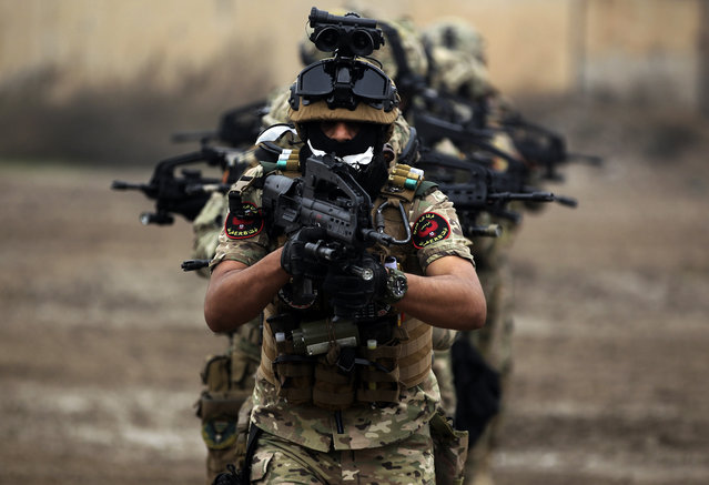 """Members of Iraq's Rapid Response military unit take part in a """"counter-terrorism"""" training at a military base inside Baghdad International Airport on December 4, 2018. The exercises are being held over a period of four months in cooperation with the Italian forces in Iraq. (Photo by Ahmad Al-Rubaye/AFP Photo)"""