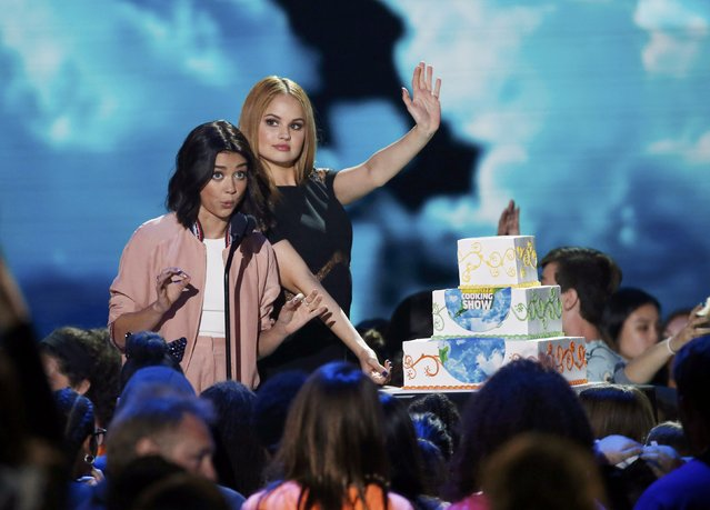 Actors Sarah Hyland (L) and Debbie Ryan present the award for Favorite Cooking Show during Nickelodeon's 2016 Kids' Choice Awards in Inglewood, California March 12, 2016. (Photo by Mario Anzuoni/Reuters)