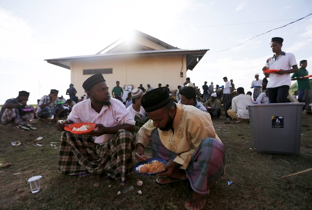 Rohingya migrants, who arrived in Indonesia by boat, eat breakfast inside a temporary compound for refugees in Kuala Cangkoi village in Lhoksukon, Indonesia's Aceh Province May 18, 2015. (Photo by Reuters/Beawiharta)