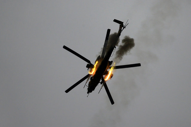 An Iraqi Air Force helicopter fires missiles against Islamic State militants during a battle in Mosul, Iraq March 19, 2017. (Photo by Thaier Al-Sudani/Reuters)