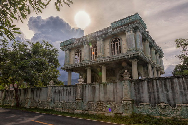 The sun begins to set over this rusty beachside mansion that has been left abandoned for more than 25 years in Thailand, June 2017. A deserted beachside mansion in southern Thailand has retained its beauty – despite no one living there for more than 25 years. In June this year abandoned photographer, Dax Ward, ventured to the Prachuap Khiri-Khan Province to capture the haunting attraction on camera. (Photo by Dax Ward/Barcroft Images)