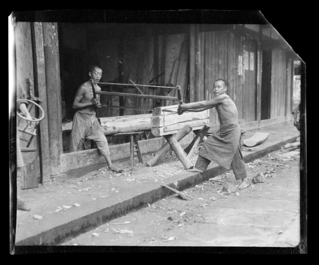 Sawing Coffin Tops. China, Tongchuan (Sichuan Sheng), 1917-1919. (Photo by Sidney David Gamble)