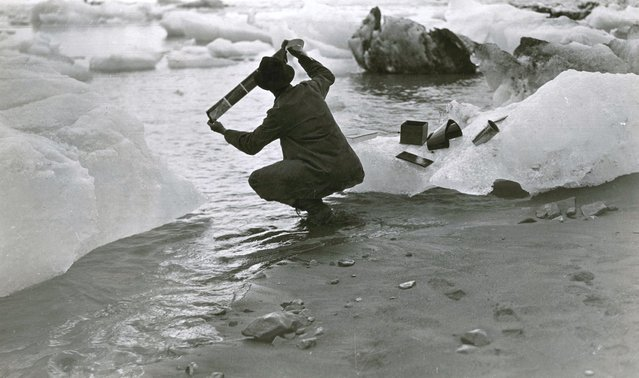 Alaska, United States, 1909. Washing his films in iceberg-choked seawater was an everyday chore for photographer Oscar D. Von Engeln during the summer months he spent on a National Geographic-sponsored expedition in Alaska. (Photo by Oscar D. Von Engeln