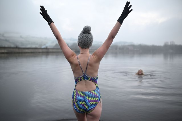 Individuals swim in Combs reservoir as they take part in a cold water therapy treatment near Chapel en le Frith, northwest England on January 1, 2021. (Photo by Oli Scarff/AFP Photo)