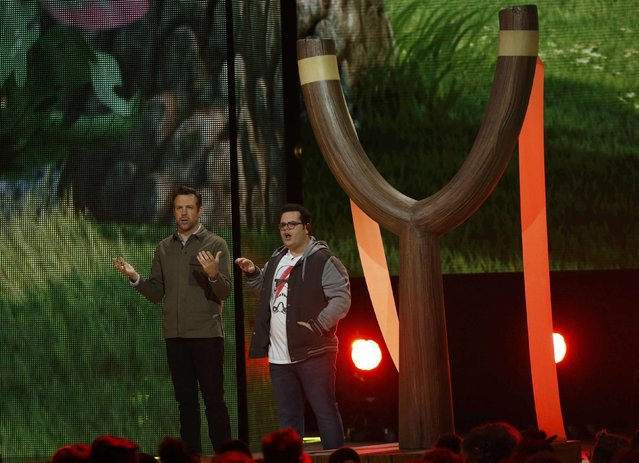 Actors Jason Sudeikis (L) and Josh Gad speak on stage next to a large slingshot at Nickelodeon's 2016 Kids' Choice Awards in Inglewood, California March 12, 2016. (Photo by Mario Anzuoni/Reuters)