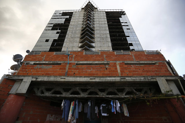 """Clothes hang to dry at the top of the """"Tower of David"""" skyscraper in Caracas February 3, 2014. (Photo by Jorge Silva/Reuters)"""