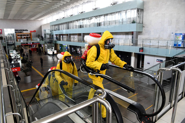 Servicemen of Russia's Emergencies Ministry wearing protective gear disinfect Moscow's Leningradsky railway station on May 19, 2020, amid the COVID-19 coronavirus pandemic. (Photo by Kirill Kudryavtsev/AFP Photo)