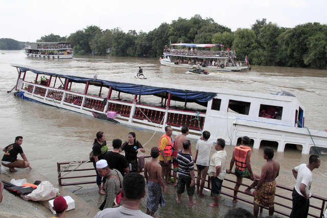 Thai rescue teams search for victims after a boat capsized at Chao Phraya River in Ayuthaya Province, Thailand, Sunday, September 18, 2016. (Photo by Dailynews via AP Photo)
