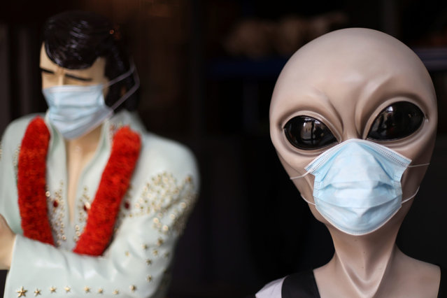 A mannequin wearing a face mask is pictured at a shop, following the outbreak of the coronavirus disease (COVID-19) in Nottingham, Britain on October 12, 2020. (Photo by Carl Recine/Reuters)
