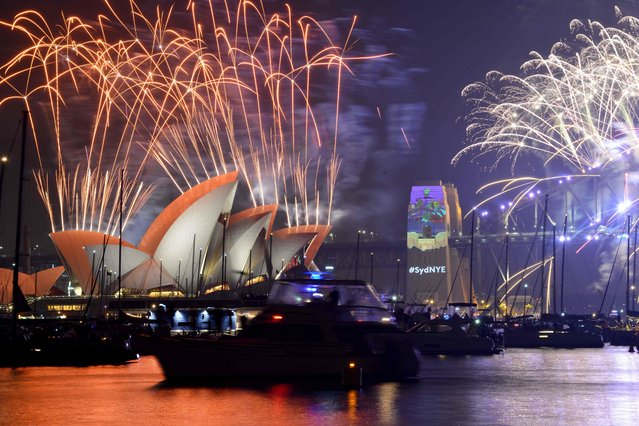 Fireworks erupt over Sydney's iconic Harbour Bridge and Opera House during the New Years Eve fireworks show on January 1, 2017. (Photo by Peter Parks/AFP Photo)