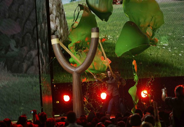 "Actors Jason Sudeikis (L) and Josh Gad are ""slimed"" on stage while attempting to use a giant slingshot at Nickelodeon's 2016 Kids' Choice Awards in Inglewood, California March 12, 2016. (Photo by Mario Anzuoni/Reuters)"