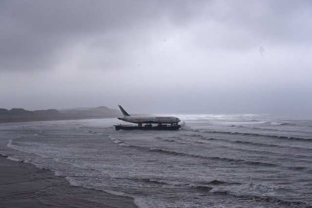 Bad weather surrounds a Boeing 767 airplane as it arrives onto Enniscrone beach after it was tugged from Shannon airport out to sea around the west coast of Ireland, May 7, 2016. (Photo by Clodagh Kilcoyne/Reuters)