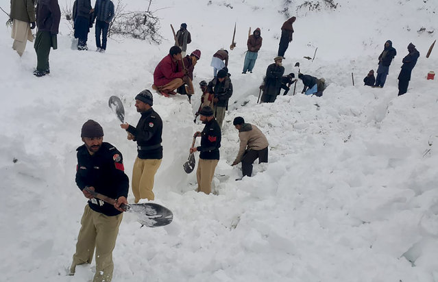 Police officers and local residents dig to search bodies of victims of avalanches in Doodnail village in Neelum Valley, Pakistan-administered Kashmir, Wednesday, January 15, 2020. Search teams aided by Pakistani troops pulled out 21 more bodies from homes destroyed by this week's avalanches in the disputed Himalayan region of Kashmir, raising the overall death toll due to severe winter weather to more than 155 for Pakistan and Afghanistan, officials said. (Photo by Abdul Razaq/AP Photo)