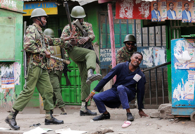 Anti riot policemen disperse people from the street in Mathare, in Nairobi, Kenya August 9, 2017. (Photo by Thomas Mukoya/Reuters)