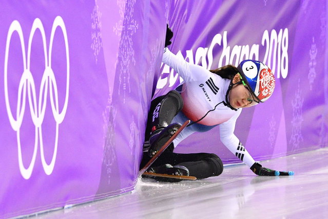 South Korea's Shim Sukhee falls in the women's 1,500m short track speed skating heat event during the Pyeongchang 2018 Winter Olympic Games, at the Gangneung Ice Arena in Gangneung on February 17, 2018. (Photo by Mladen Antonov/AFP Photo)