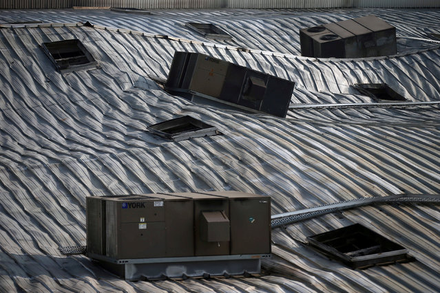 Air conditioners are pictured on the damaged roof of Mexican supermarket Chedraui, where fire broke out, in Mexico City, Mexico March 9, 2018. (Photo by Edgard Garrido/Reuters)