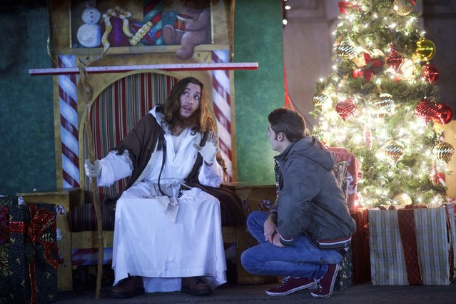 "Michael Hartley, 21, visiting from England, listens to counsel by Michael Grant, 28, ""Philly Jesus"", in Philadelphia, Pennsylvania December 14, 2014. (Photo by Mark Makela/Reuters)"