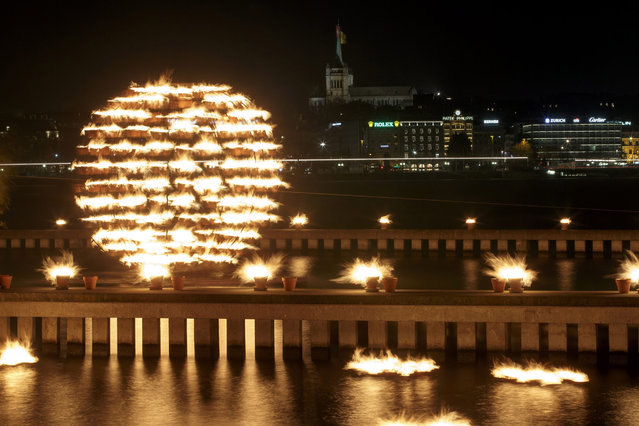 "An installation by French fire alchemists Compagnie Carabosse illuminates with over 1'300 fire pots the Bains des Paquis and the Lake of Geneva during the New Year's Eve ""Saint Silvester"" celebration, in Geneva, Switzerland, 31 December 2014. (Photo by Salvatore Di Nolfi/EPA)"