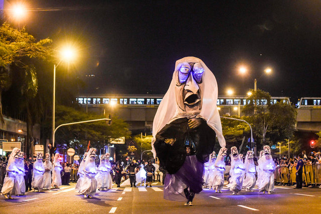 Revelers perform during the Myths and Legends parade in Medellin, Antioquia department, Colombia on December 8, 2018. (Photo by Joaquín Sarmiento/AFP Photo)