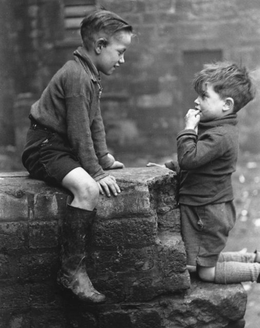 Two young boys from the Gorbals area of Glasgow on January 31, 1948. (Photo by Bert Hardy/Picture Post/Getty Images)