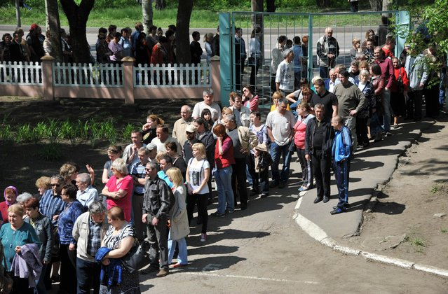 "People queue to the polling stations during a so-called referendum in the eastern Ukrainian city of Donetsk on May 11, 2014. Voting began Sunday in referendums called by pro-Russian rebels in eastern Ukraine to split from the rest of the ex-Soviet republic, polls the US slammed as ""illegal"" amid fears they could spark civil war. (Photo by Genya Savilov/AFP Photo)"