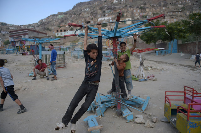Afghan boys play on a swing prior to Iftar, the time to break fast during the Islamic month of Ramadan, in Kabul on June 28, 2016. Throughout the month, devout Muslims must abstain from food, drink and s*x from dawn until sunset when they break the fast with the Iftar meal. (Photo by Shah Marai/AFP Photo)