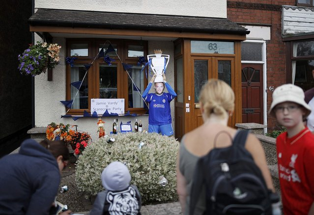 Visitors look at a scarecrow depicting Leicester City soccer player Jamie Vardy during  the Scarecrow Festival in Heather, Britain July 31, 2016. (Photo by Darren Staples/Reuters)