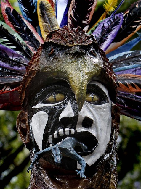 """A giant """"alebrije"""" sculpture is exhibited during a parade in Mexico City October 20, 2012. Alebrijes are colorful statues of fantasy animals, an art form native to Mexico. (Photo by Marco Ugarte/Associated Press)"""